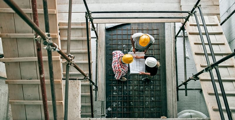 Workers discuss scaffolding safety before getting on